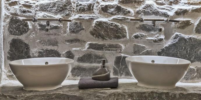 Badezimmer aus Stein im Bauernhaus