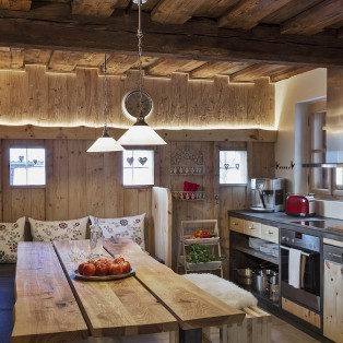 Gemütliche Küche mit viel Platz für die ganze Familie